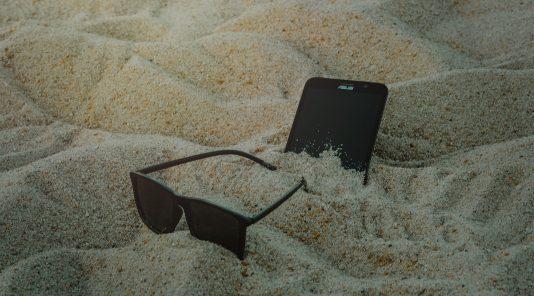 Sur la plage abandonnée, coquillages et liens 4G !